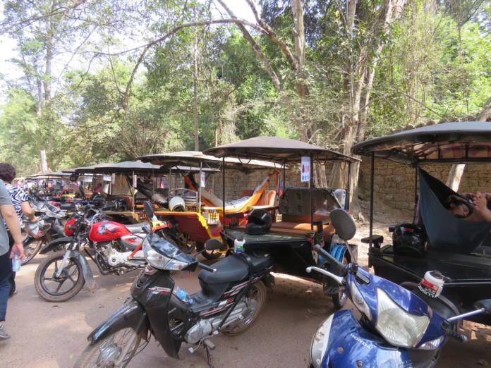 Les tuk-tuk attendent leurs clients pour changer de temple parfois dans un hamac